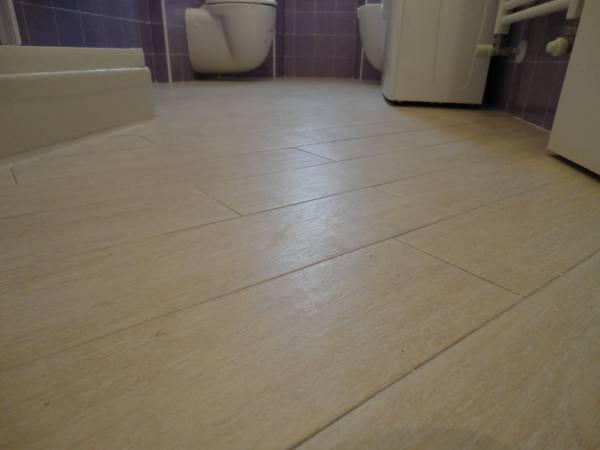 pavimento in gres porcellanato finto parquet bagno