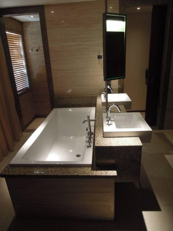 blocco vasca lavabi in muratura rivestiti in marmo
