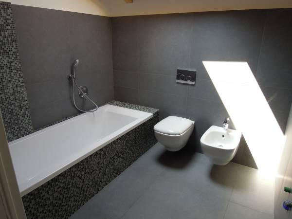 rifacimento bagno con sanitari sospesi Ideal Standard Serie 21