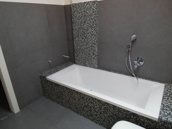 Nuovo bagno piano rialzato - Striscia di mosaico in bagno ...