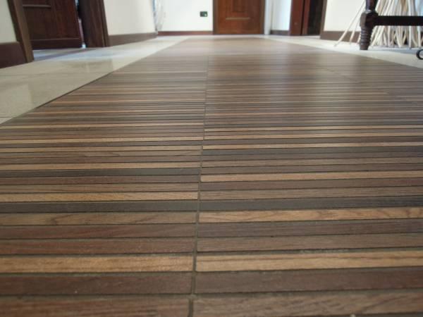 pavimento in gres poecellanato con inserto in listelli finto legno